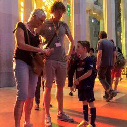 De binnenkant van de Sagrada Familia met de overweldigende kleuren die binnen komen via de glas in lood ramen.